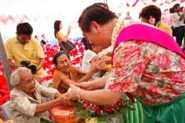 """Rod Num Dum Hua"" The rite of pouring lustral water on the hands of the honored guests in Songkran Festival at Phra Pradaeng, Samut Prakan"